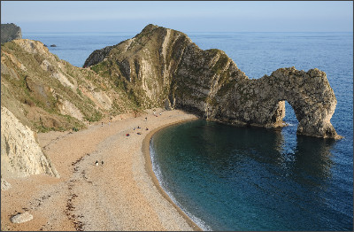 https://upload.wikimedia.org/wikipedia/commons/6/64/Durdle_Door_Overview.jpg