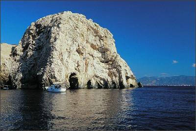 http://www.vis-accommodation.com/images/bisevo/bisevo-vis-blue-cave-entrance.jpg
