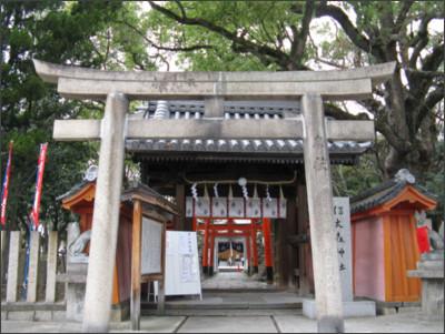 https://upload.wikimedia.org/wikipedia/commons/1/1f/Shinodamori-kuzunoha-inari-jinja1.jpg