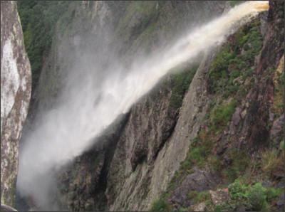 http://www.chapadadiamantinabahia.com/wp-content/uploads/2014/05/cachoeira-da-fuma%C3%A7a.jpg