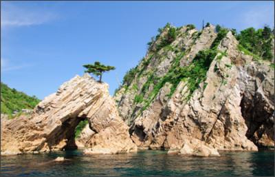 https://upload.wikimedia.org/wikipedia/commons/f/f6/Uradome_Coast_Sengan-Matsushima.JPG