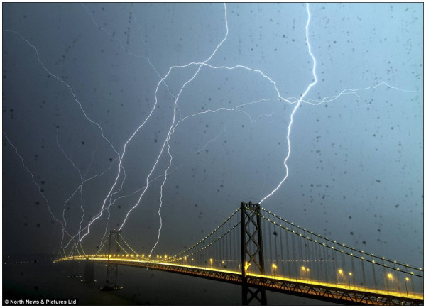 http://www.dailymail.co.uk/news/article-2129246/Once-lifetime-picture-lightning-striking-San-Franciscos-Bay-Bridge.html#ixzz1rwaOZ0bL