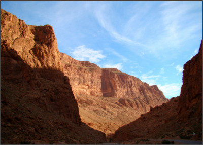 https://upload.wikimedia.org/wikipedia/commons/c/c3/Todra_Gorge_Morning_2011.jpg