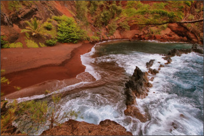 https://aws.hawaii-guide.com/images/made/Kaihalulu-red-sand-beach_1200_800_85_s_c1_c_c_0_0.jpg