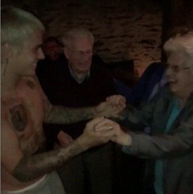 http://www.dailymail.co.uk/tvshowbiz/article-4336732/Justin-Bieber-dances-shirtless-elderly-fan-bar.html