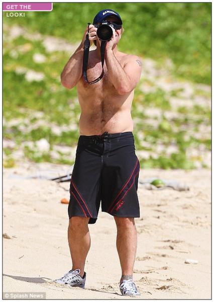 http://www.dailymail.co.uk/tvshowbiz/article-2078345/Jon-Bon-Jovi-turns-photographer-holidays-St-Barts.html