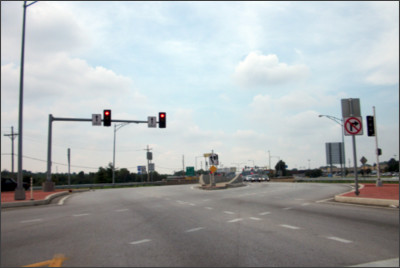 https://upload.wikimedia.org/wikipedia/commons/6/6e/I-44_and_Route_13_diverging_diamond_interchange_in_Springfield%2C_Missouri.jpg