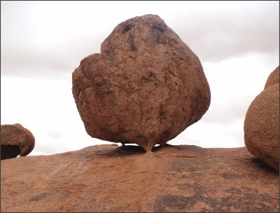 https://worldraider.files.wordpress.com/2010/03/namibia-spitzkoppe-esta-gigantesca-roca-se-mantiene-sobre-tres-puntos-de-apoyo.jpg