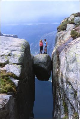 https://northernfjords.files.wordpress.com/2014/06/par-pa-kjeragbolten-002fc8-hm.jpg