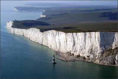 https://upload.wikimedia.org/wikipedia/commons/2/25/Beachy_Head%2C_East_Sussex%2C_England-2Oct2011_%281%29.jpg