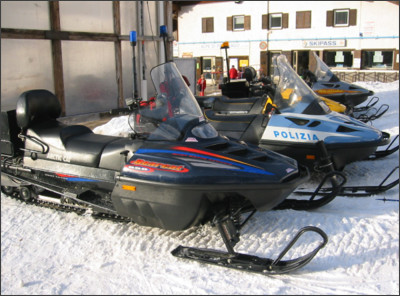 https://upload.wikimedia.org/wikipedia/commons/2/2a/Snowmobile-italia.jpg