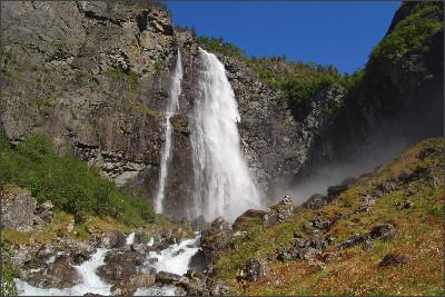 https://upload.wikimedia.org/wikipedia/commons/f/f2/Feigefossen_Norway_2009.JPG