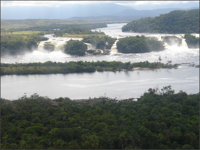 http://www.cacaotravel-venezuela.com/uploads/tx_hk_ct_cm001/Canaima_Lagoon_boat_trip__Cacao_Pictures_016_01.jpg