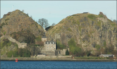 https://upload.wikimedia.org/wikipedia/commons/thumb/7/7e/Scotland_Dumbarton_Castle_bordercropped.jpg/1200px-Scotland_Dumbarton_Castle_bordercropped.jpg