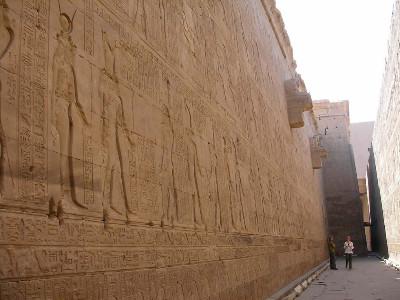 http://itwlxa.bay.livefilestore.com/y1p78FqUf5yP25_Ots5Fx8vKbOwvQsOQWi8wnB7qp6fqSsz0C6qaQcVVqoxUp-yExp4y2WWFVTht8XZTGScB-BZRA/Egypt_Edfu_Reliefs%20on%20the%20walls_2.jpg