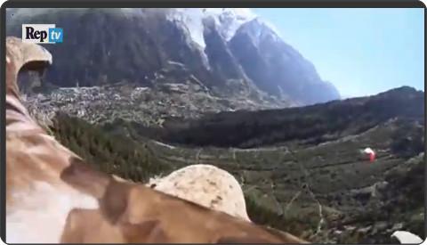 http://video.repubblica.it/edizione/torino/l-aquila-e-il-monte-bianco-il-volo-e-sorprendente/210376/209515?ref=HRESS-20