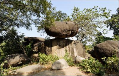 http://www.holidayiq.com/images/attractions/Balancing_Rocks_Jabalpur_18556.jpg