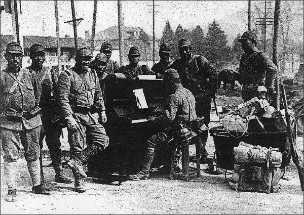 http://commons.wikimedia.org/wiki/File:Japanese_soldier_plays_the_piano_in_Nanking01.jpg