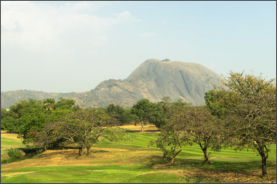 https://upload.wikimedia.org/wikipedia/commons/c/ca/Aso_Rock_as_seen_from_the_IBB_golf_course_in_Abuja%2C_Nigeria.jpg