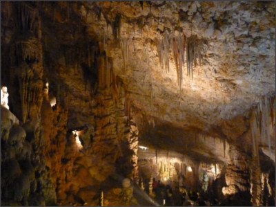 https://upload.wikimedia.org/wikipedia/commons/1/16/Avshalom_Cave_(Sorek_Cave)_-_Stalactite_Cave_Nature_Reserve_P1120734_(7139562937).jpg