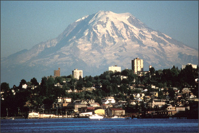 https://upload.wikimedia.org/wikipedia/commons/0/01/Mount_Rainier_over_Tacoma.jpg