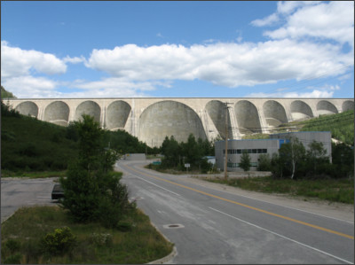 https://upload.wikimedia.org/wikipedia/commons/b/b9/Barrage_Daniel-Johnson2.jpg