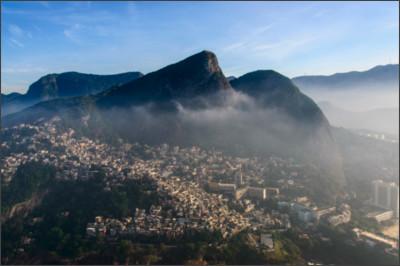 https://upload.wikimedia.org/wikipedia/commons/4/4d/1_vidigal_favela_rio_2014.jpg