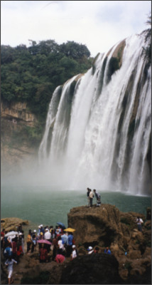 https://upload.wikimedia.org/wikipedia/commons/4/48/Huangguoshu_Waterfall_2.jpg