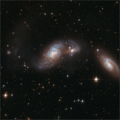 https://upload.wikimedia.org/wikipedia/commons/9/9f/Hubble_Interacting_Galaxy_IC_4687_%282008-04-24%29.jpg