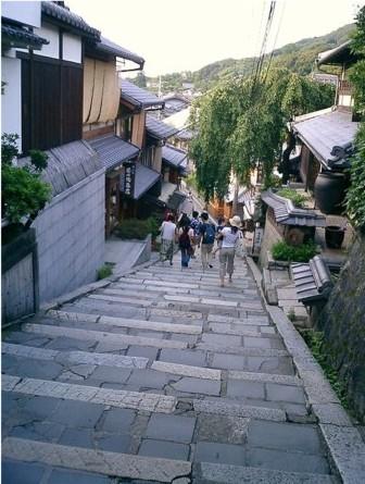 http://ja.wikipedia.org/wiki/%E3%83%95%E3%82%A1%E3%82%A4%E3%83%AB:Stone_stairway_Kiyomizu-dera.JPG