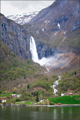 http://www.alexgaliano.com/Content/Portfolio/MAaDMbfjmEaoQAErxFzlOg/the-feigumfossen-waterfall-in-lusterfjord-x3.jpg