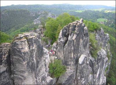 https://upload.wikimedia.org/wikipedia/commons/9/91/Bastei_-_Die_Bastei_vom_Elbe-Aussichtspunkt.jpg