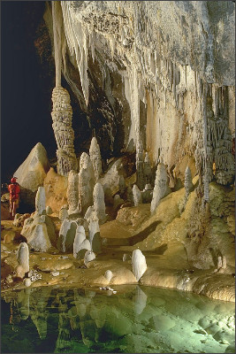 https://upload.wikimedia.org/wikipedia/commons/0/02/Lechuguilla_Cave_Pearlsian_Gulf.jpg