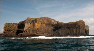 http://www.wildfuture.co.uk/images/IOMu-UK/placestogo/islands/isle%20of%20staffa%20iv_1280.jpg