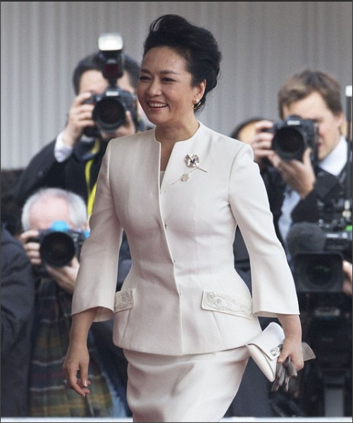 http://www.dailymail.co.uk/femail/article-3280964/Is-Chinese-lady-real-star-state-visit-Peng-Liyuan-exudes-elegance-cool-white-dress-suit-accompanies-President-Xi-Jinping-Buckingham-Palace.html