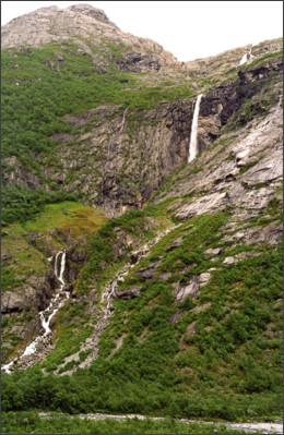 http://www.europeanwaterfalls.com/wp-content/uploads/Krunefossen-3.jpg