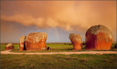 http://www.highwaydreams.net/wp-content/uploads/2014/07/Eyre-Peninsula-p5.1-Murphys-Haystacks.jpg