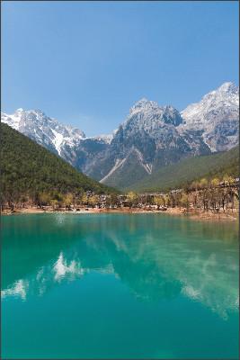 http://upload.wikimedia.org/wikipedia/commons/a/a7/Lijiang_Yunnan_China-View-of-Jade-Dragon-Mountain-01.jpg